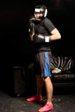 Boxeador joven que espera para incorporar el anillo Fotos de archivo libres de regalías