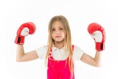 Boxeador lindo Muchacha en la cara tranquila soñadora que presenta con los guantes de boxeo, fondo blanco aislado Pelo largo del  Imagen de archivo libre de regalías