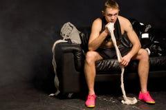 Boxeador muscular del ajuste consiguiendo listo para el suyo lucha Fotografía de archivo
