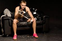 Boxeador pensativo serio que se prepara para una lucha Imagen de archivo