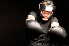 Boxeador que perfora hacia la cámara Fotografía de archivo