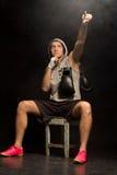 Boxeador que señala al cielo como él psiques mismas Fotografía de archivo