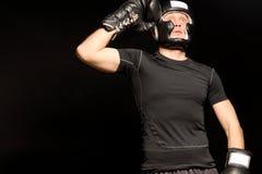 Boxeador que se coloca de aumento de su puño a su cabeza Foto de archivo
