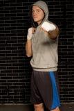 Boxeador que se coloca de perforación de su puño en la cámara Imágenes de archivo libres de regalías