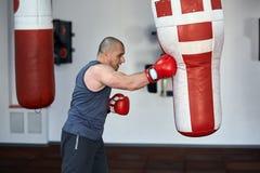 Boxeador que trabaja en punchbags Fotos de archivo libres de regalías