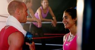 Boxeadores que obran recíprocamente con uno a durante rotura almacen de metraje de vídeo