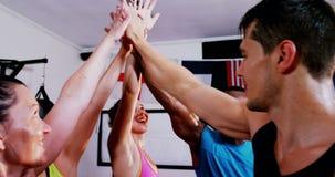 Boxeadores que ponen la pila de la mano mientras que comienza el partido metrajes