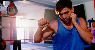 Boxeadores que practican en ring de boxeo almacen de metraje de vídeo