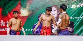 Boxeadores tailandeses que hacen ejercicio en la etapa foto de archivo
