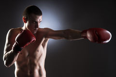 Boxen. Der Durchschlag des Kämpfers Lizenzfreies Stockfoto