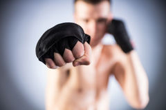 Boxen. Faustnahaufnahme des Kämpfers Lizenzfreie Stockfotografie