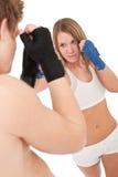 Boxen - junge Frau im Kategorientraining auf Weiß stockfoto