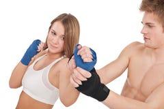 Boxen - junge Frau im Kategorientraining auf Weiß lizenzfreies stockfoto