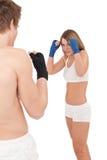 Boxen - junge Frau im Kategorientraining auf Weiß lizenzfreie stockfotografie