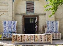 Boxen met decoratieve textiel met nationaal kleurrijk patroon Tashkent, Oezbekistan stock foto