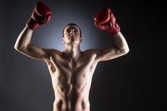 Boxen. Muskulöser Kämpfer. Sieg. Stockfoto