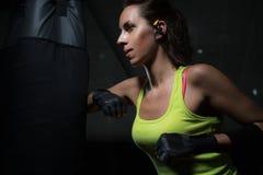 Boxende junge Frauen Stockfoto