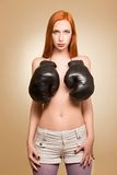 Boxendes half-naked Mädchen im Studio Lizenzfreie Stockfotografie