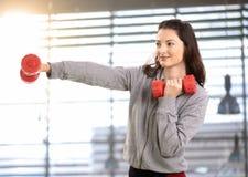 Boxeo adolescente de la muchacha con el barbell de la mano Imagen de archivo libre de regalías