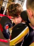 Boxeo agresivo del boxeador de dos hombres Foto de archivo libre de regalías