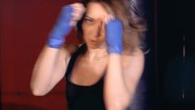 Boxeo atlético activo hermoso de la mujer en estudio de la aptitud Concepto de la fuerza de la mujer almacen de metraje de vídeo