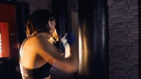 Boxeo atlético confiado hermoso de la mujer steadicam almacen de metraje de vídeo