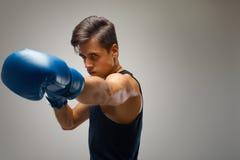 boxeo Boxeador joven listo para luchar Imagenes de archivo