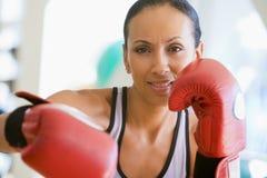Boxeo de la mujer en la gimnasia Imagenes de archivo