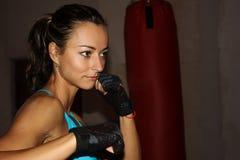 Boxeo de la sombra de la muchacha de la aptitud en el gimnasio Fotografía de archivo libre de regalías