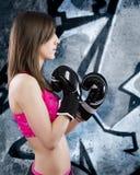 Mujer sensual y atractiva del boxeo sobre fondo de la pintada Foto de archivo libre de regalías