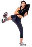 Boxeo de retroceso practicante de la muchacha delgada apta Imagenes de archivo
