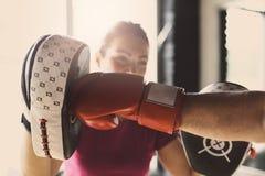 Boxeo de un más viejo hombre en gimnasio Imagen de archivo