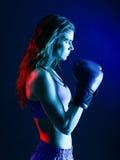 Boxeo del boxeador de la mujer aislado foto de archivo