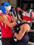 Boxeo del casco del boxeador de dos hombres que lleva Imagen de archivo