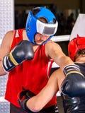 Boxeo del casco del boxeador de dos hombres que lleva Foto de archivo