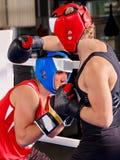Boxeo del casco del boxeador de dos hombres que lleva Imagenes de archivo