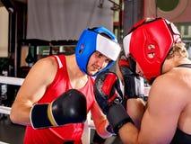 Boxeo del casco del boxeador de dos hombres que lleva Fotos de archivo