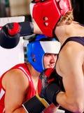 Boxeo del casco del boxeador de dos hombres que lleva Fotos de archivo libres de regalías
