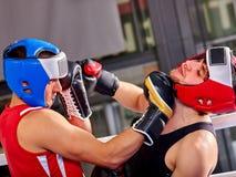 Boxeo del casco del boxeador de dos hombres que lleva Imagen de archivo libre de regalías