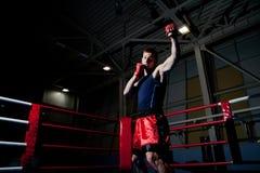 Boxeo del hombre en gimnasia Imágenes de archivo libres de regalías