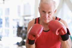Boxeo del hombre en la gimnasia imagen de archivo