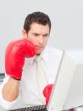 Boxeo mismo del hombre de negocios en la cara Foto de archivo libre de regalías