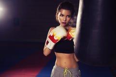 Boxeo moreno hermoso joven delgado apto de la mujer en ropa de deportes DA Fotografía de archivo libre de regalías