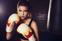 Boxeo moreno hermoso joven delgado apto de la mujer en ropa de deportes DA Imagenes de archivo