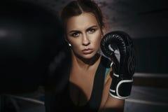 Boxeo moreno hermoso joven delgado apto de la mujer en ropa de deportes DA Imágenes de archivo libres de regalías
