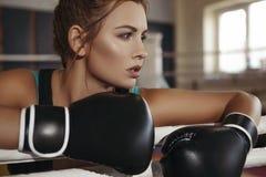 Boxeo moreno hermoso joven delgado apto de la mujer en ropa de deportes DA Imagen de archivo