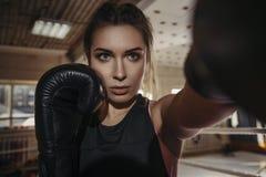 Boxeo moreno hermoso joven delgado apto de la mujer en ropa de deportes DA Imagen de archivo libre de regalías
