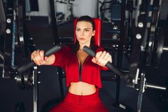 Boxeo moreno hermoso joven delgado apto de la mujer en ropa de deportes Luz oscuro oscura Imagen de archivo libre de regalías