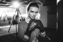 Boxeo moreno hermoso joven delgado apto de la mujer en ropa de deportes Luz oscuro oscura Imágenes de archivo libres de regalías