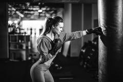 Boxeo moreno hermoso joven delgado apto de la mujer en ropa de deportes Luz oscuro oscura Fotos de archivo